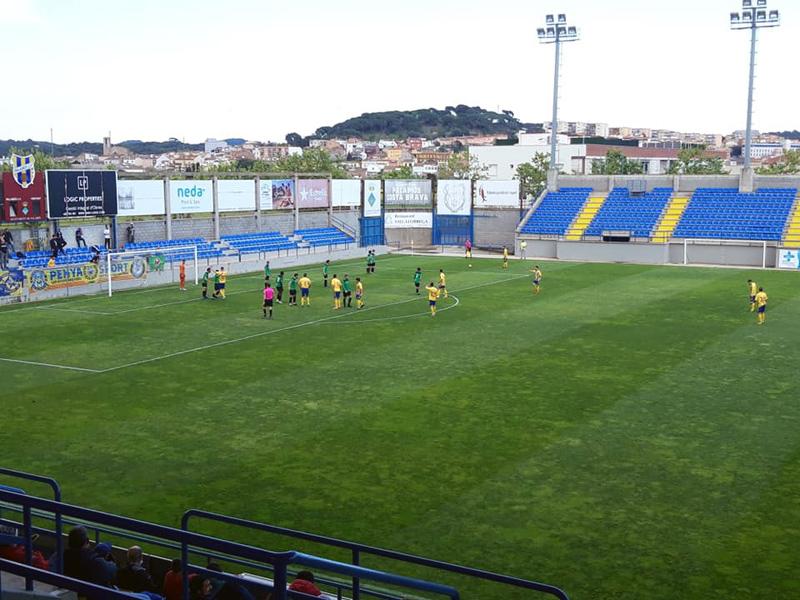 Un instant del partit d'ahir entre el Palamós i el Bescanó. (Foto: Palamós CF).