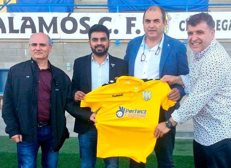 Imatge de l'agost de l'any passat, on Shubham Garg, segon per l'esquerra, agafava el relleu a la presidència de la FE Palamós de Joan Pau Pérez.