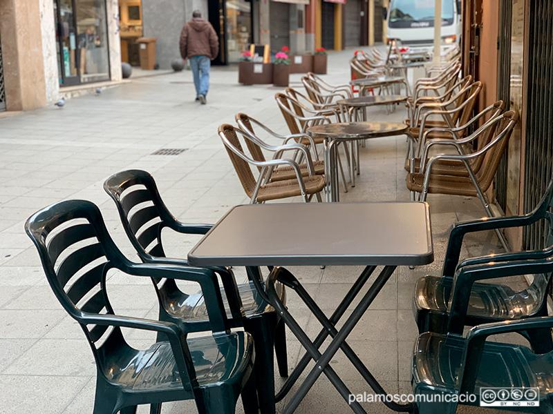La terrassa d'un bar del carrer Major de Palamós.