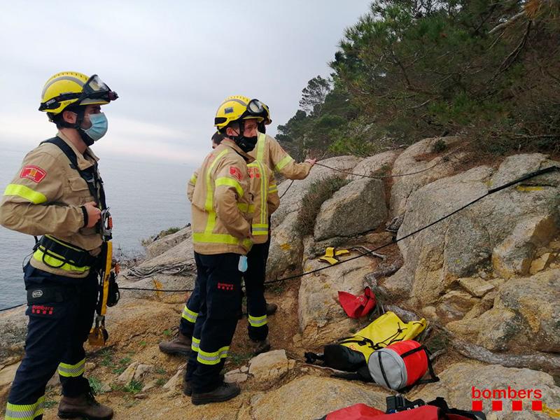 Bombers del parc de Calonge fent pràctiques de rescat a la costa de Palamós. (Foto: Bombers de la Generalitat).