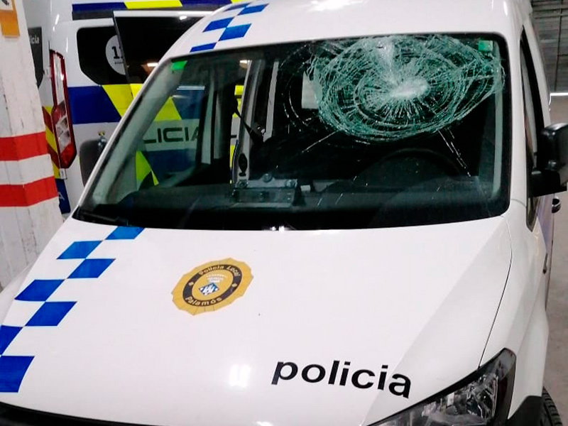 El vehicle de la Policia Local de Palamós que ha estat atacat aquesta nit. (Foto: Ajuntament de Palamós).