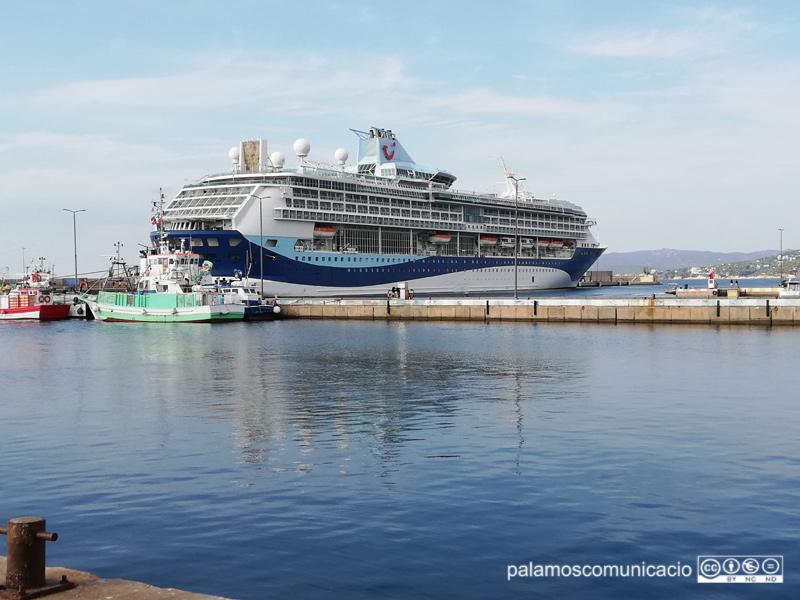 El Marella Discovery 2 en una escala al port de Palamós, el setembre de 2019.