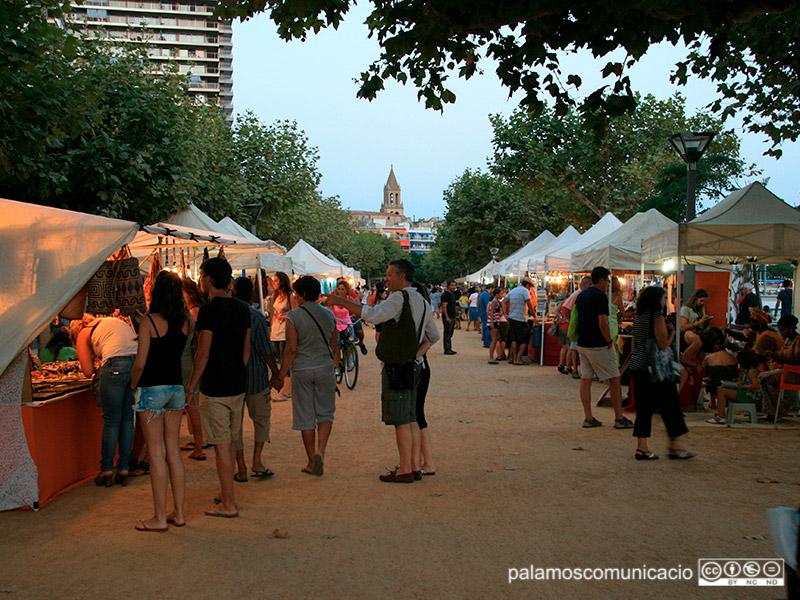 Parades del mercat artesanal d'estiu a Palamós, en una imatge d'arxiu.
