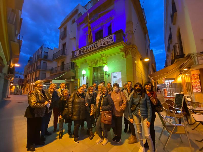Ajuntament il·luminat amb la presència de les representants de l'Associació Catalana de Fibromiàlgia a Palamós. (Foto: Ajuntament de Palamós).