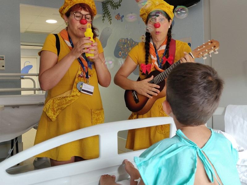 Les pallasses de Tirita Clown en una habitació de l'hospital de Palamós. (Foto: SSIBE).