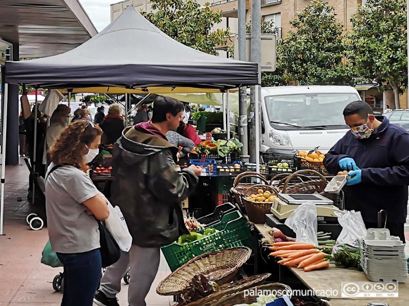 Les mascaretes són obligatòries per a totes les persones a partir dels 6 anys en espais públics com el mercat. Imatge d'arxiu del mercat de dimarts.
