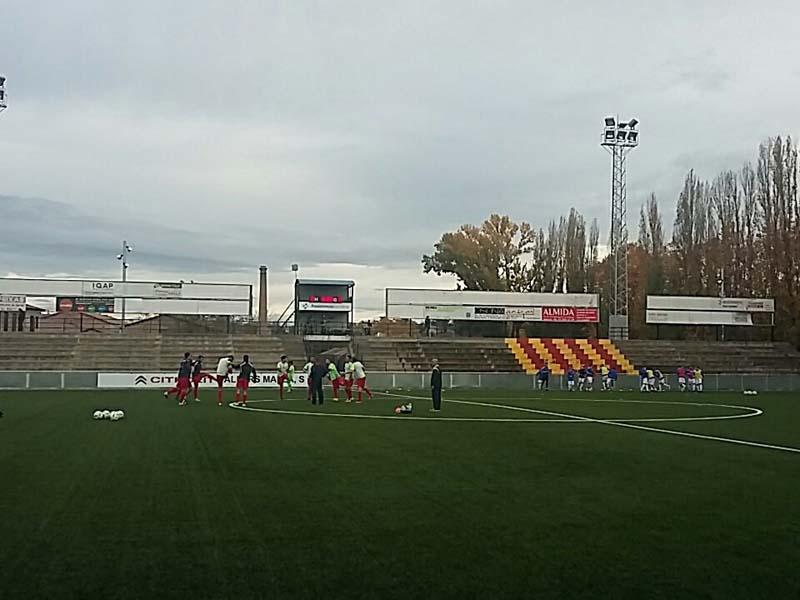 Palamós i Manlleu escalfant sobre la gespa del Municipal d'Esports minuts abans del partit. (foto: AEC Manlleu)