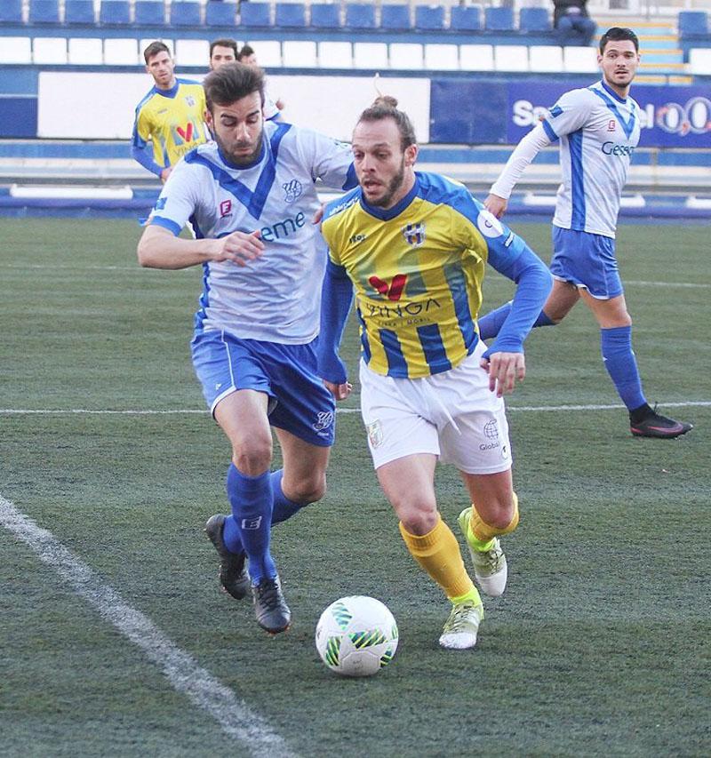 Fran Bea i Serramitja lluitant per la pilota (1-0) (Foto: CE Europa)