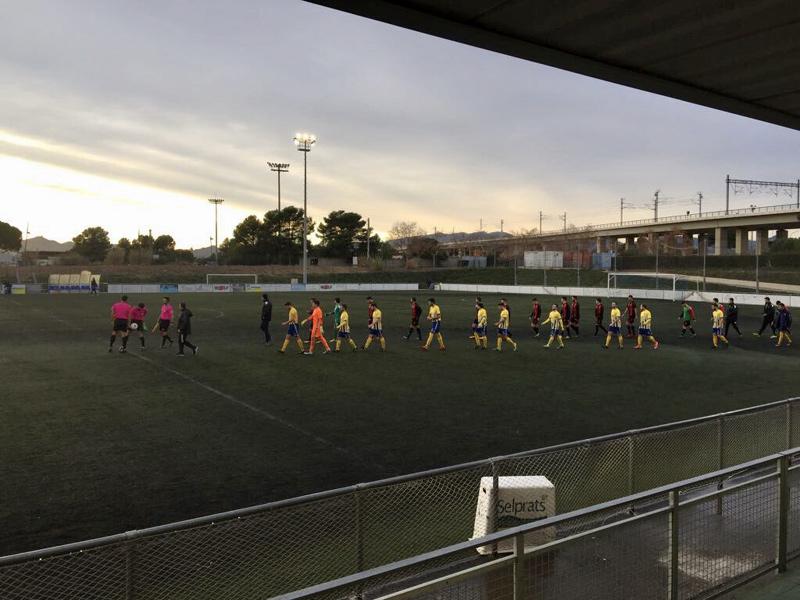 Jugadors del Palamós CF i Reus B minuts abans de començar el partit (Foto: Ramon Ribas)