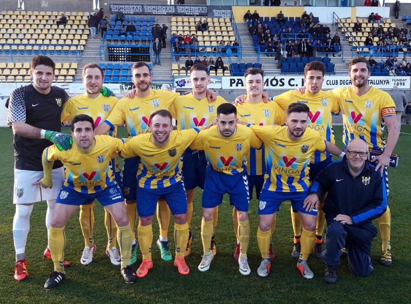 L'equip titular del Palamós CF amb Josep Arxer que ha estat reconegut com a soci vitalici. (Foto: Sergi Cortés)