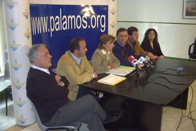 Teresa Ferrés, al centre, amb els membres del seu grup municipal