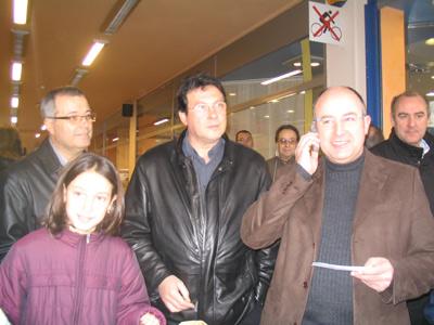 El president de Fecotur, Ramon Núñez, a la dreta, fent la trucada a la guanyadora del sorteig