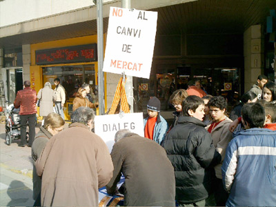 Els marxants recollint firmes, dimarts passat