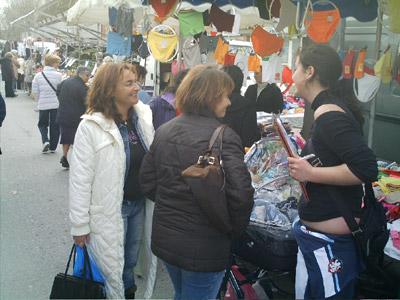 Una noia recollint firmes, avui al mercat