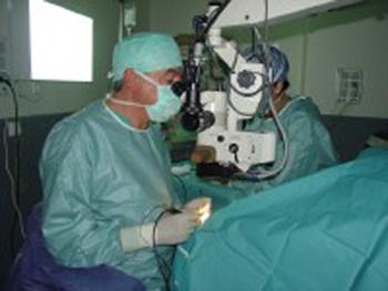 Una intervenció oftalmològica a l'hospital de Palamós.