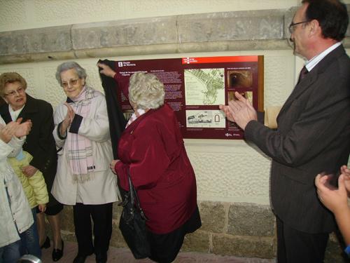 Una antiga alumna de La Vila descobreix un dels panells commemoratius dels 75 anys del centre.