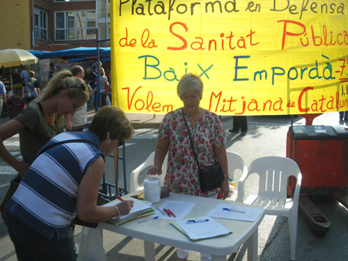 Recollida de firmes al mercat setmanal de Palamós, aquest matí.