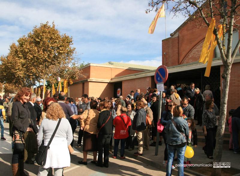 Gent anant a votar a l'institut de Palamós, ahir al matí. (Foto: Ràdio Palamós).