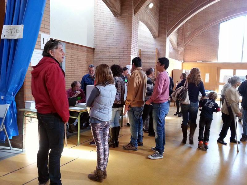 Votants esperant el seu torn a l'Institut. (Foto: Carlos Reyes- ANC Palamós i Sant Joan).