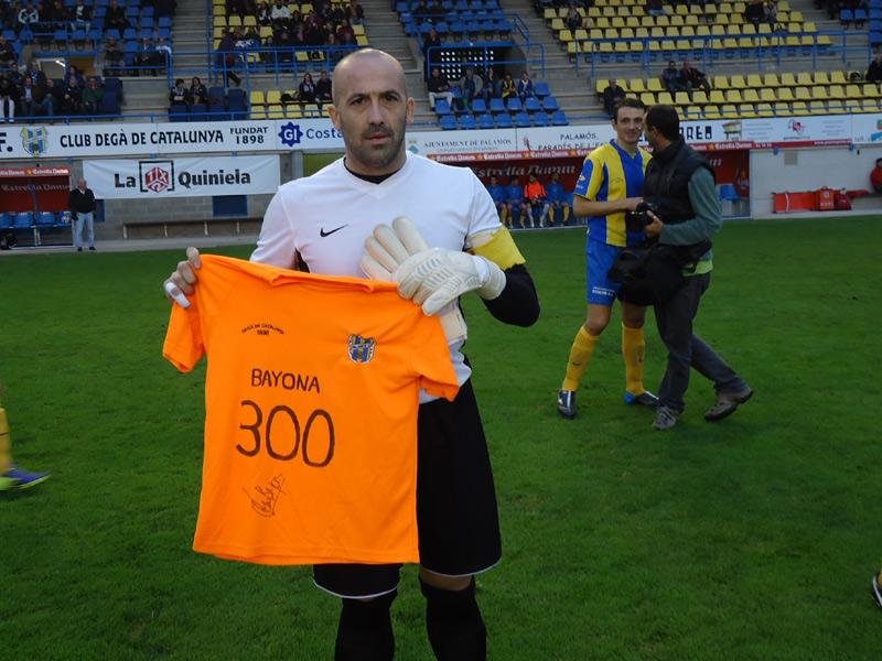 Joan Bayona amb una samarreta commemorativa, diumenge passat. (Foto: Sergi Cortés).