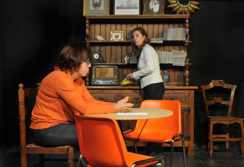 Àngels Dalmau i Núria Pérez, durant una representació de 'Dues dones que ballen'. (Foto: Gespa Teatre)