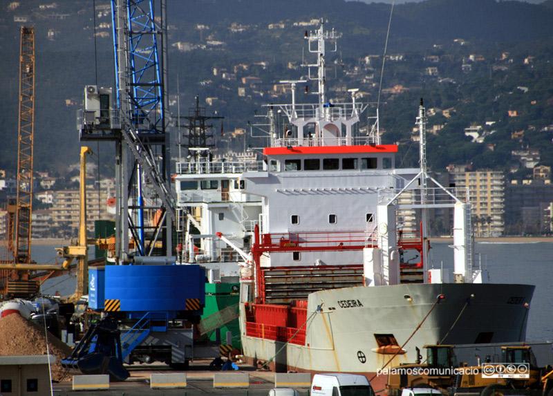 Descàrrega de mercaderies al port comercial de Palamós.