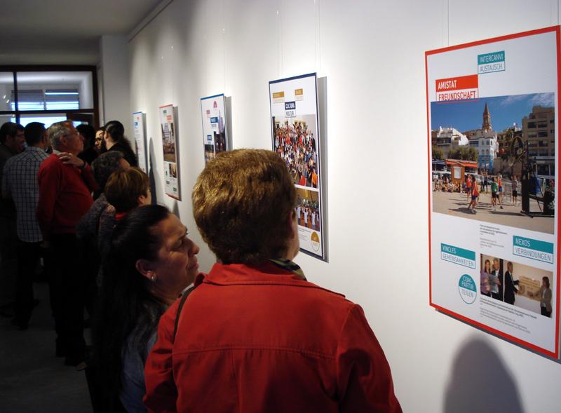 La mostra està integrada per dotze plafons amb fotografies representatives de l'agermanament. (Foto: Ajuntament de Palamós.)