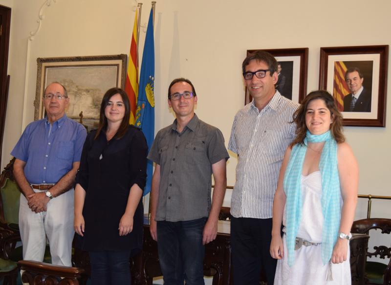 L'equip del projecte guanyador, a l'esquerra, amb les autoritats municipals. (Foto: Ajuntament de Palamós).