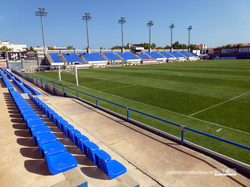 Nous seients en un dels gols i en la preferent de l'Estadi Municipal Palamós-Costa Brava.