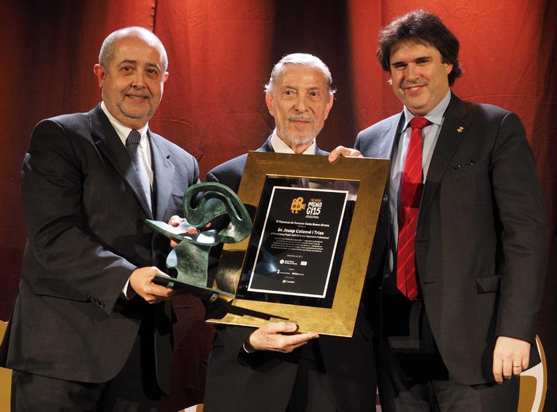 Josep Colomer, al centre, recollint el premi. (Foto: Diputació de Girona).
