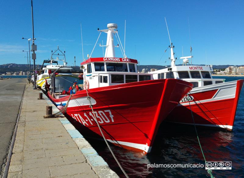 Barques de pesca amarrades al moll del port de Palamós.