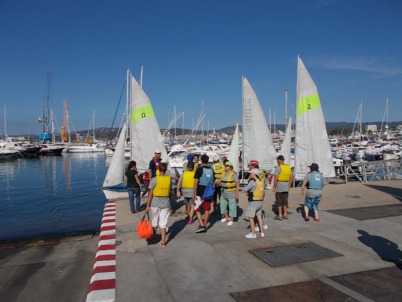Usuaris del casal d'estiu de Vimar abans de navegar en el curs de vela. (Foto: Vimar).