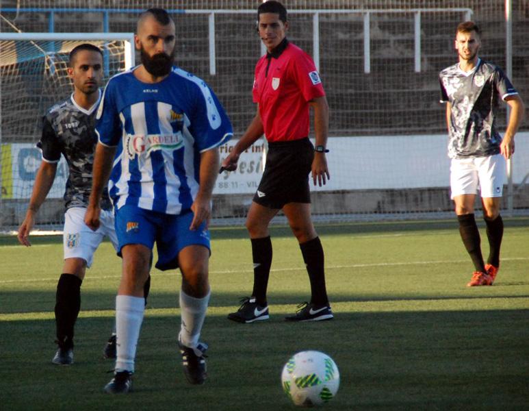 L'ex-jugador del Palamós ÇF, Javi Revert, en primer terme, ahir a Vilatenim. (Foto:uefigueres.cat).