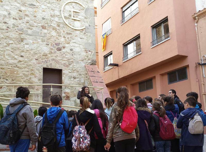 Alumnes de l'escola La Salle van estrenar divendres passat l'activitat amb el recorregut pel nucli antic de Palamós. (Foto: Ajuntament de Palamós).