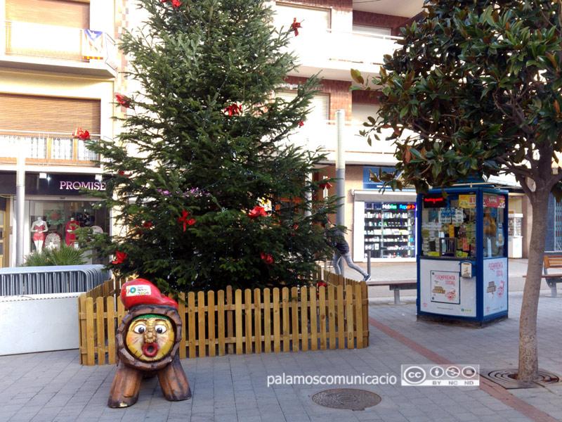 El tió ja està preparat a la plaça dels Arbres.