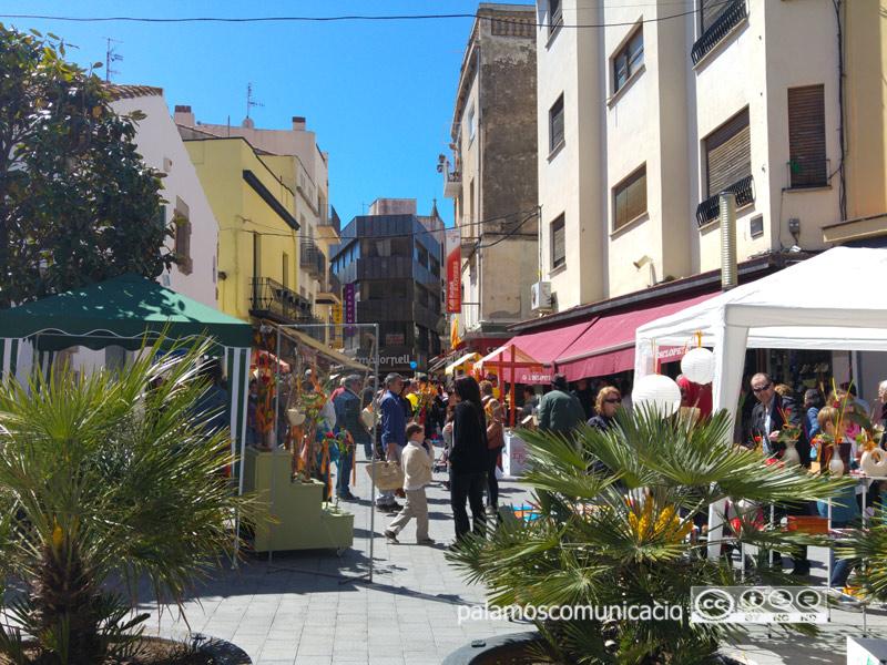 La tradicional fira de roses i llibres del carrer Major és una de les principals atraccions de Sant Jordi.