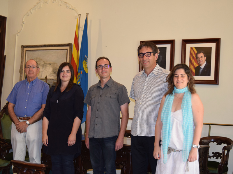 L'equip del projecte guanyador de la Beca l'any passat, a l'esquerra, amb les autoritats municipals. (Foto: Ajuntament de Palamós).