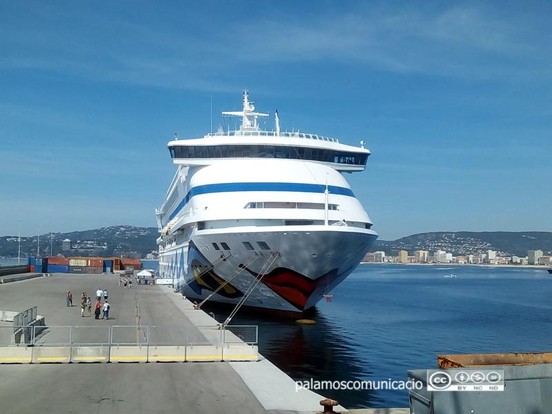 El creuer Aura, amb la seva peculiar decoració artística, avui al port de Palamós.