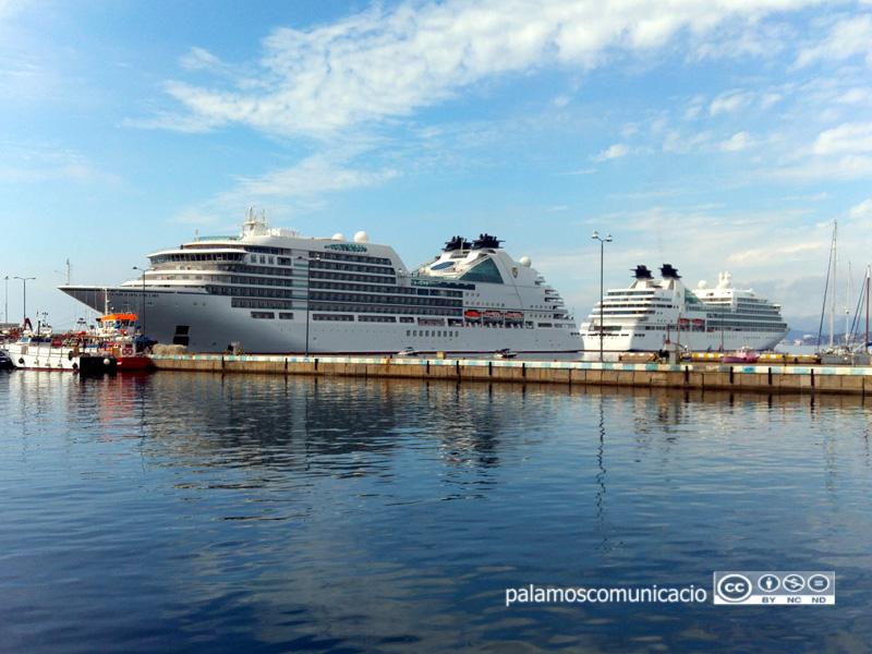 Els dos creuers de la companyia Seabourn, avui al port de Palamós.