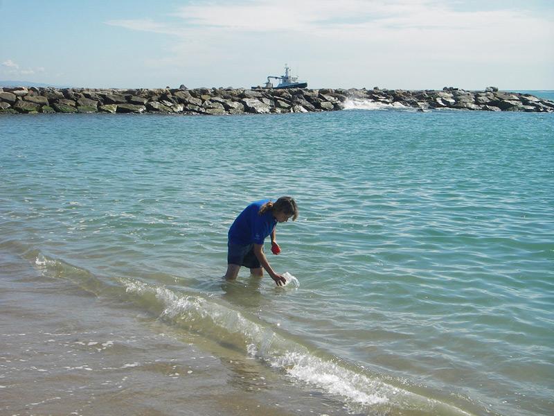 Una operària de l'ACA recollint una mostra d'aigua de mar. (Foto: Agència Catalana de l'Aigua).