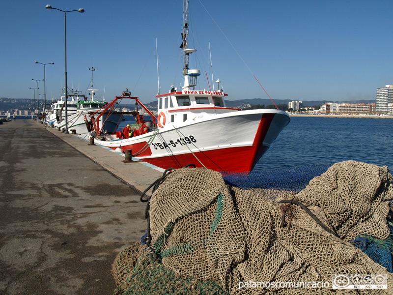 Barca de pesca de la gamba al port de Palamós.