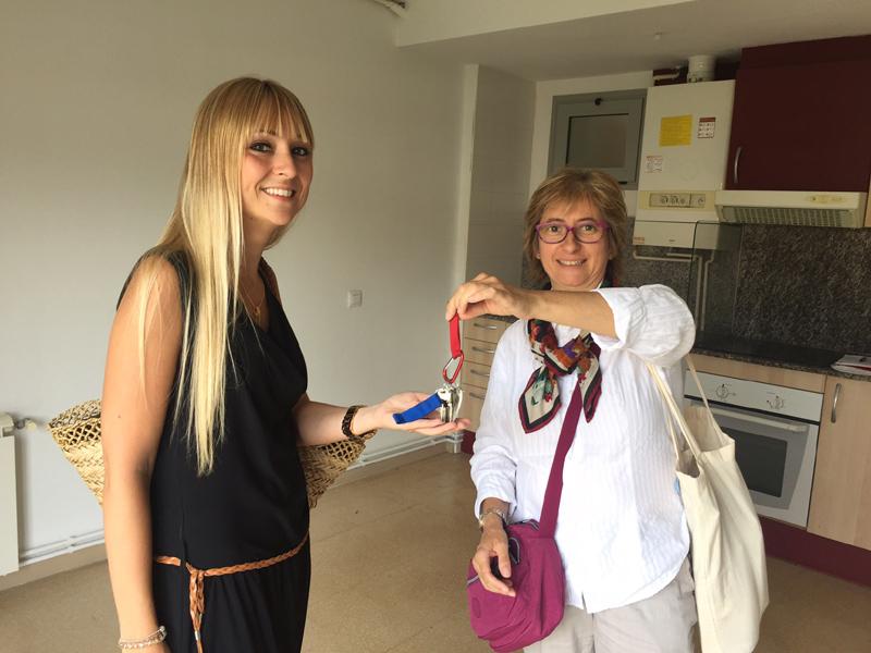 Vicky Ger, a l'esquerra, directora de Vimar, rep les claus del nou pis.