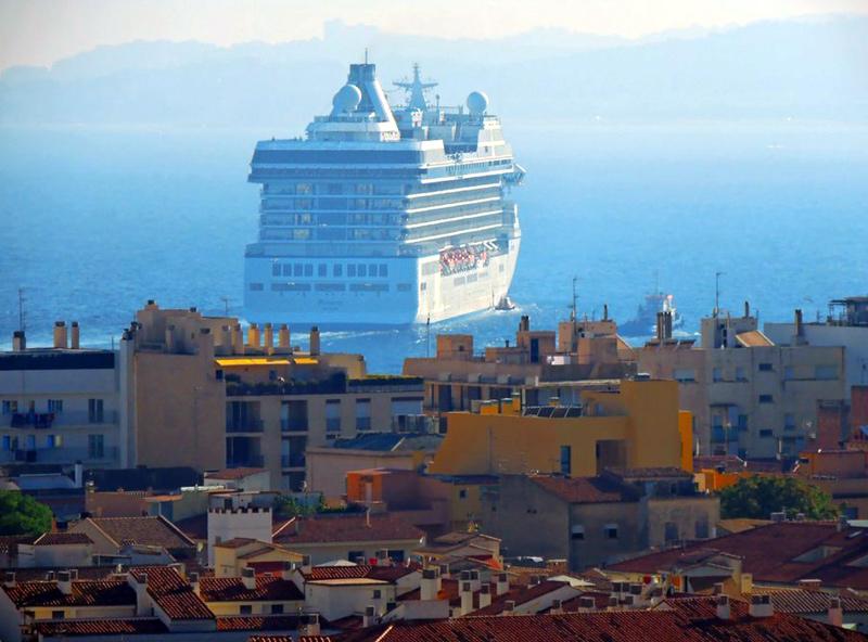 Espectacular imatge del creuer Riviera a Palamós. (Foto: Anna Pérez).