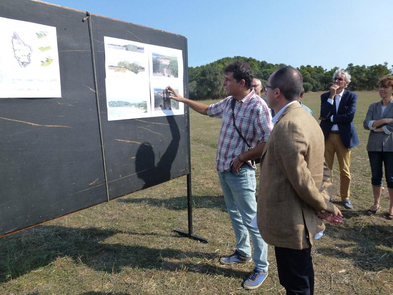 El tècnic municipal de Medi Ambient, Josep Vilanova, comenta aspectes del projecte amb l'alcalde de Palamós, Lluís Puig.