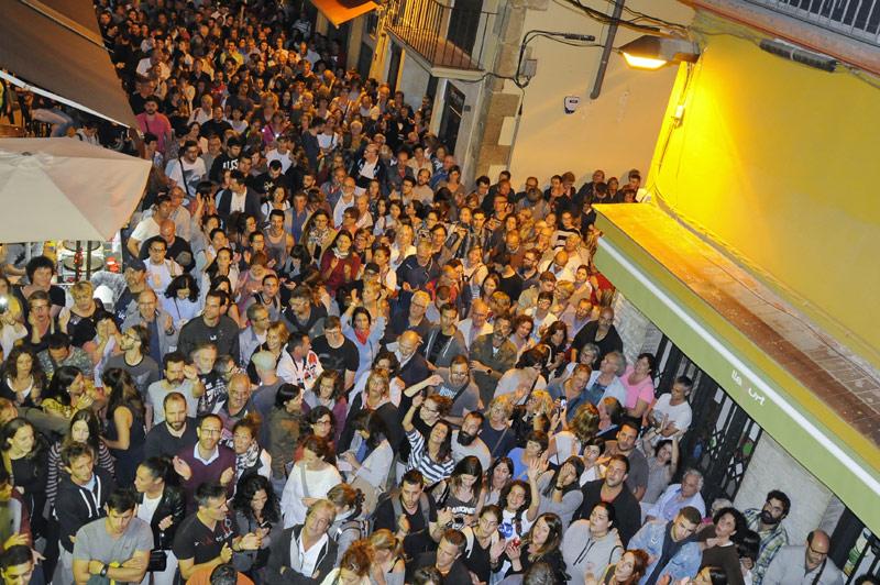 Concentració ciutadana davant l'Ajuntament de Palamós ahir a la nit després de la jornada electoral. (Foto: Josep Lois).