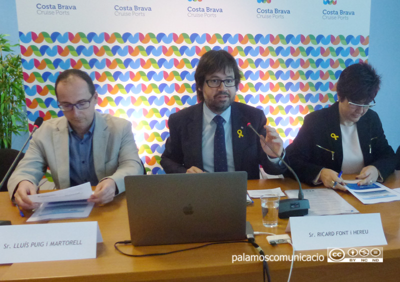 Ricard Font, entre els alcaldes de Palamós i L'Escala, divendres passat durant la presentació de la temporada de creuers.