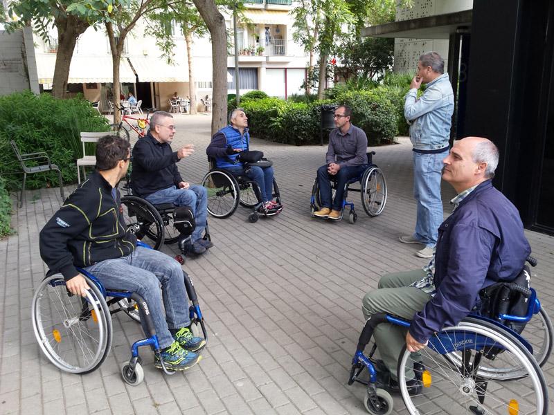 Tècnics i polítics municipals amb representants de Mifas durant un recorregut per Palamós amb cadira de rodes. (Foto: Ajuntament de Palamós).
