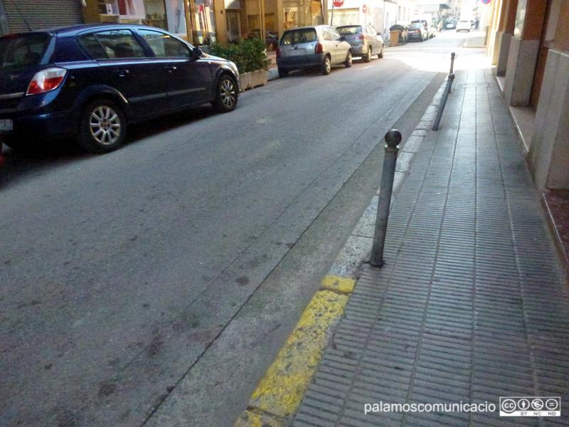 Pilones en mal estat en un carrer de l'Eixample palamosí.