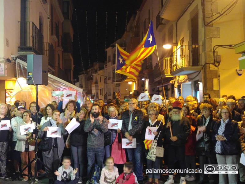 Una de les moltes concentracions que s'han fet davant l'Ajuntament demanant la llibertat dels presos.