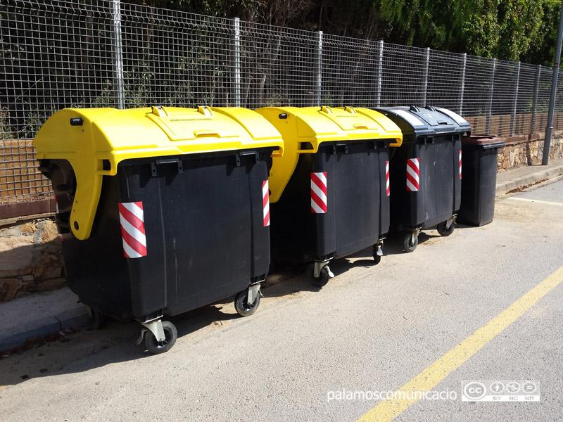 Contenidors d'envasos, de rebuig i d'orgànica, en un carrer de Palamós.